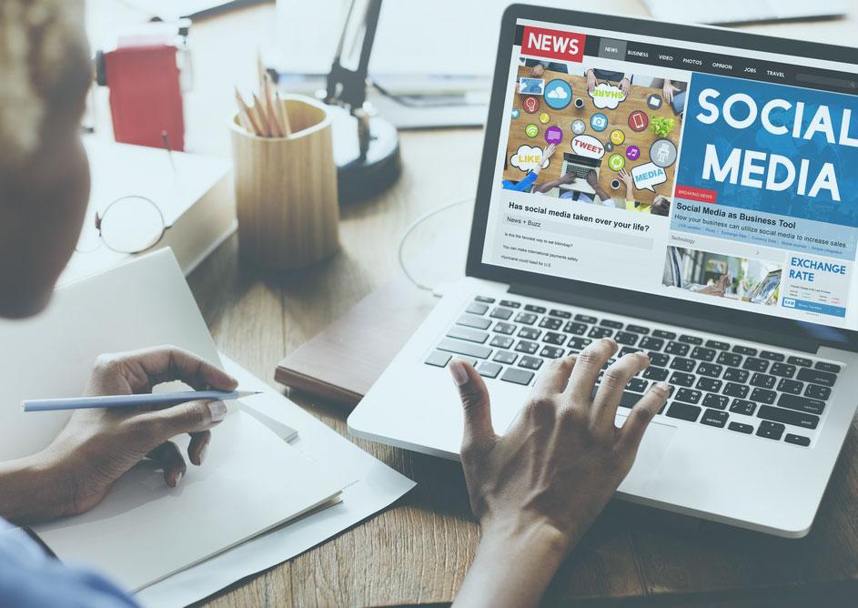 Laptop mit Symbolbild Social Media